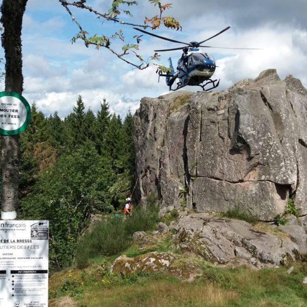Roche du Moutier des Fées, en été, à l'occasion d'un exercice de sauvetage du peloton de gendarmerie de montagne